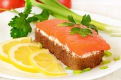Sanduíche com salmões, fatias do limão e salsa Fotografia de Stock Royalty Free