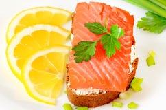 Sanduíche com salmões, fatias do limão e salsa Imagem de Stock Royalty Free