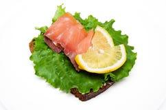 Sanduíche com salmões fumados Fotografia de Stock Royalty Free