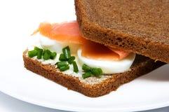 Sanduíche com salmões fumados foto de stock