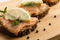 Sanduíche com salmões fumados Foto de Stock Royalty Free