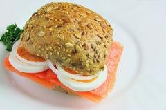 Sanduíche com salmões, ovos, cebolas e salsa fotos de stock royalty free