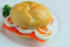 Sanduíche com salmões, ovos, cebolas e salsa Fotos de Stock