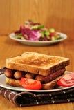 Sanduíche com salsichas e o tomate grelhados Foto de Stock