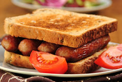 Sanduíche com salsichas grelhadas Fotos de Stock
