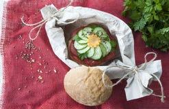 Sanduíche com tomate e pepino, alimento do vegetariano, pratos de legumes frescos Imagens de Stock
