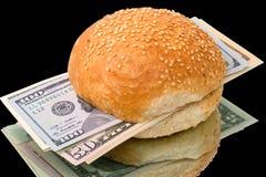 Sanduíche com um bloco dos dólares no preto Fotografia de Stock