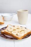 Sanduíche cortado da banana com xícara de café Fotografia de Stock Royalty Free