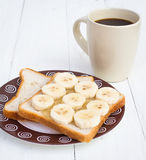 Sanduíche cortado da banana com xícara de café Foto de Stock