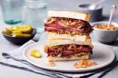 Sanduíche da carne assada em uma placa com salmouras Imagem de Stock