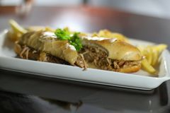 Sanduíche da carne com fritadas foto de stock royalty free