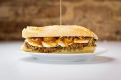 Sanduíche da carne com queijo doce da cebola e de cabra Fotos de Stock