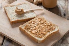 Sanduíche da manteiga de amendoim na placa de corte de madeira Imagens de Stock Royalty Free