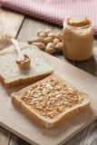 Sanduíche da manteiga de amendoim na placa de corte de madeira Fotos de Stock