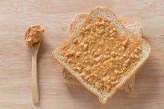 Sanduíche da manteiga de amendoim no fundo de madeira Vista superior Fotografia de Stock Royalty Free