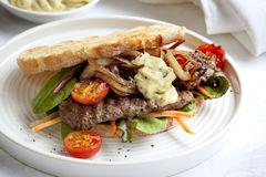 Sanduíche de bife com Aioli Imagem de Stock Royalty Free