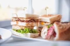 Sanduíche de clube clássico fresco e delicioso Fotografia de Stock