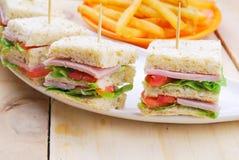 Sanduíche de clube com queijo, o pepino conservado, o tomate e o presunto peixe-agulha Foto de Stock