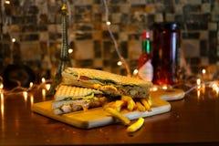 Sanduíche de clube da galinha com batatas fritas fotos de stock