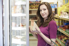 Sanduíche de compra da mulher do supermercado imagens de stock