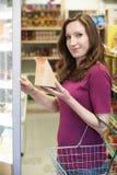 Sanduíche de compra da mulher do supermercado imagem de stock