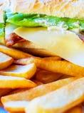 Sanduíche de galinha com bacon e batatas fritas Imagens de Stock