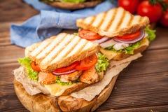 Sanduíche de galinha grelhado fotografia de stock