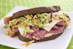 Sanduíche de Reuben com salada de repolho fotos de stock
