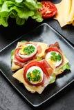 Sanduíche delicioso com presunto de prosciutto, queijo, tomate e ovo fotos de stock