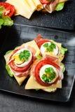 Sanduíche delicioso com presunto de prosciutto, queijo, tomate e ovo foto de stock