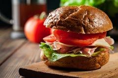 Sanduíche delicioso com presunto, queijo e vegetais de prosciutto Imagens de Stock Royalty Free