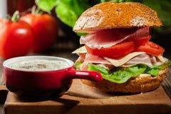 Sanduíche delicioso com presunto, queijo e vegetais de prosciutto Fotografia de Stock