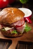 Sanduíche delicioso com presunto, queijo e vegetais de prosciutto foto de stock royalty free