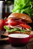 Sanduíche delicioso com presunto, queijo e vegetais de prosciutto fotos de stock royalty free