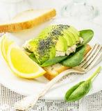Sanduíche delicioso do pão brindado, abacate e Fotos de Stock Royalty Free