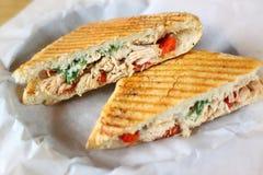 Sanduíche delicioso do panini da galinha Fotos de Stock