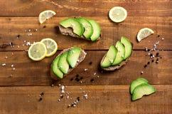 Sanduíche do abacate no pão feito com abacates cortados Fotos de Stock