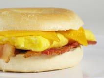 Sanduíche do Bagel do bacon & do ovo Fotografia de Stock