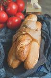 Sanduíche do Baguette com alface e fatias de tomate fresco preparação Foco seletivo imagem de stock