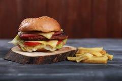Sanduíche do bife hamburguês com batata Imagens de Stock Royalty Free