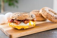 Sanduíche do café da manhã do bacon, do ovo e do queijo fotografia de stock