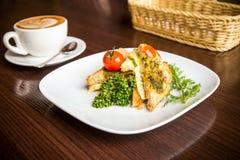 Sanduíche do café da manhã e uma xícara de café Imagem de Stock