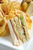 Sanduíche do clube com microplaquetas de batata Foto de Stock