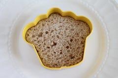Sanduíche do cortador da cookie em uma placa branca isolada Imagens de Stock