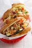 Sanduíche do croissant com salada e espinafres do ovo Imagens de Stock