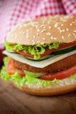 Sanduíche do hamburguer da galinha fritada ou dos peixes Fotografia de Stock