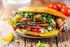 Sanduíche do no espeto em um fundo cinzento com salada e tomates imagem de stock royalty free