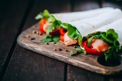 Sanduíche do pão árabe enchido com peixes Imagens de Stock