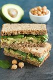 Sanduíche do pão de Rye com abacate, grãos-de-bico e espinafres Foto de Stock Royalty Free