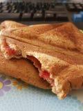 Sanduíche do pão do brinde do triângulo com doce de morango Fotografia de Stock